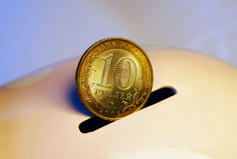 10 ρούβλια στη piggy τράπεζα στοκ εικόνες