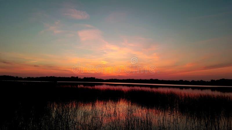 Download Ροδάκινο και πορτοκαλί ηλιοβασίλεμα Στοκ Εικόνες - εικόνα από λίμνη, αντανάκλαση: 62712940