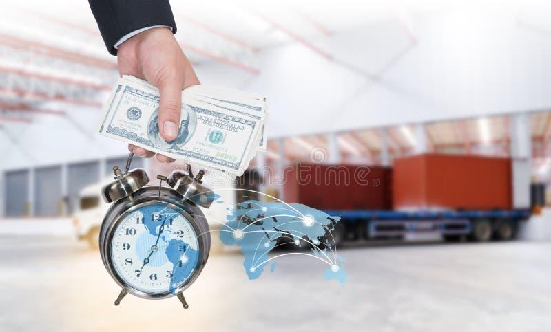 Ρολόι επιχειρηματιών και τσεπών Χρόνος και χρήματα για τη διανομή μεταφορών στην έννοια αποθηκών εμπορευμάτων στοκ εικόνα