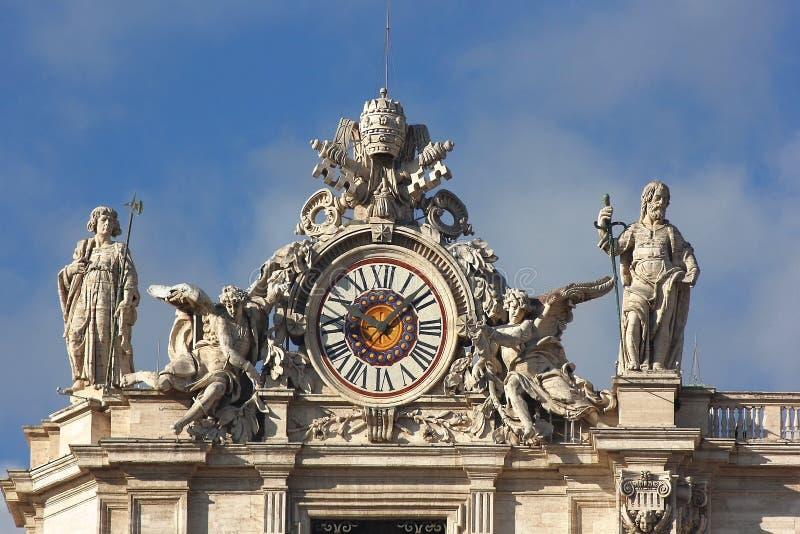 Ρολόι με τα γλυπτά στη βασιλική Αγίου Peter σε Βατικανό στοκ εικόνες