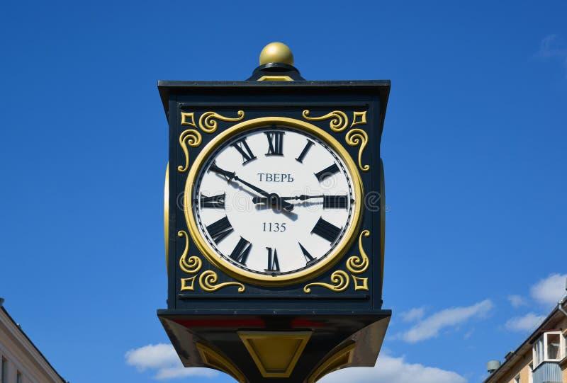 Ρολόι στην οδό Trehsvyatskaya με την ένδειξη του έτους ιδρύματος της πόλης Tver, Ρωσία στοκ εικόνα