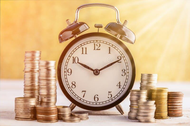 Ρολόι συναγερμών και χρήματα στοκ φωτογραφίες με δικαίωμα ελεύθερης χρήσης