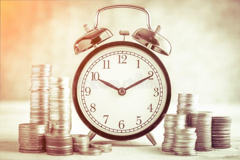 Ρολόι συναγερμών και χρήματα στοκ εικόνες