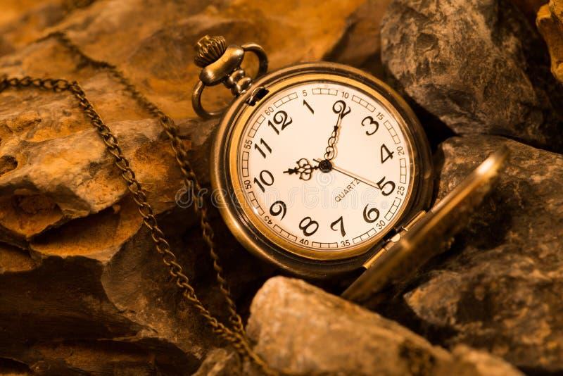 Ρολόι τσεπών με το βράχο στοκ εικόνα