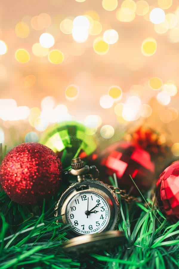 Ρολόι τσεπών Χριστουγέννων με το κιβώτιο σφαιρών και δώρων στο υπόβαθρο θαμπάδων στοκ εικόνα με δικαίωμα ελεύθερης χρήσης