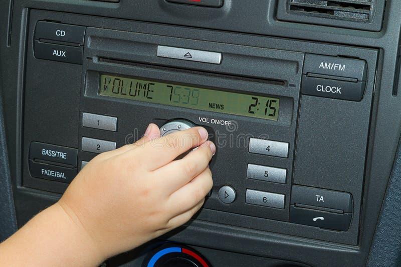 ρυθμίζει τη ραδιο ένταση του ήχου παιδιών αυτοκινήτων στοκ φωτογραφίες