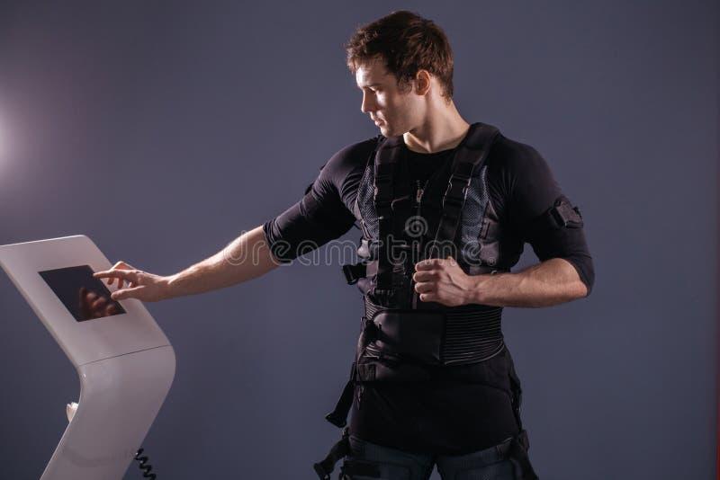 Ρυθμίζοντας ένταση αθλητών της ηλεκτρο μυϊκής μηχανής υποκίνησης EMS στοκ εικόνα