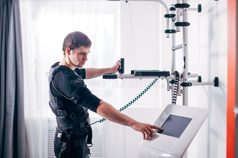 Ρυθμίζοντας ένταση αθλητών της ηλεκτρο μυϊκής μηχανής υποκίνησης EMS στοκ φωτογραφία με δικαίωμα ελεύθερης χρήσης