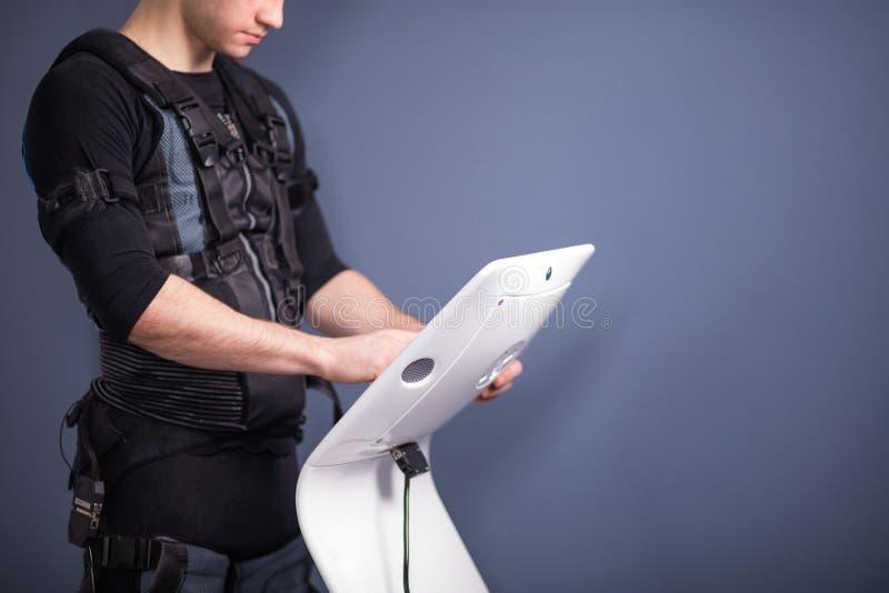 Ρυθμίζοντας ένταση αθλητών της ηλεκτρο μυϊκής μηχανής υποκίνησης EMS στοκ εικόνα με δικαίωμα ελεύθερης χρήσης