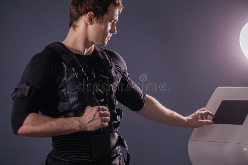 Ρυθμίζοντας ένταση αθλητών της ηλεκτρο μυϊκής μηχανής υποκίνησης EMS στοκ εικόνες με δικαίωμα ελεύθερης χρήσης