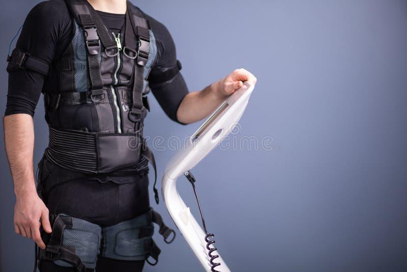 Ρυθμίζοντας ένταση αθλητών της ηλεκτρο μυϊκής μηχανής υποκίνησης EMS στοκ εικόνες