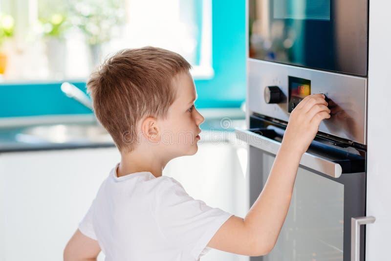 Ρυθμίζοντας θερμοκρασία παιδιών του φούρνου στοκ φωτογραφίες με δικαίωμα ελεύθερης χρήσης