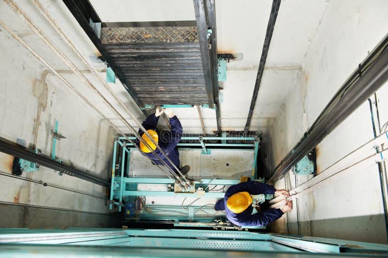 ρυθμίζοντας μηχανικοί ανελκυστήρων ανελκυστήρων hoistway στοκ φωτογραφίες με δικαίωμα ελεύθερης χρήσης