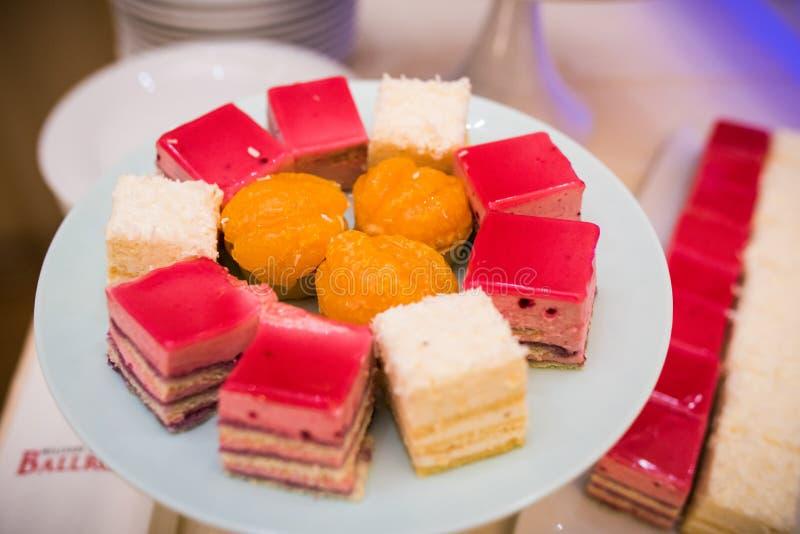 Ρυθμίσεις φραγμών καραμελών Μικτά χρωματισμένα εύγευστα γλυκά στοκ φωτογραφία με δικαίωμα ελεύθερης χρήσης