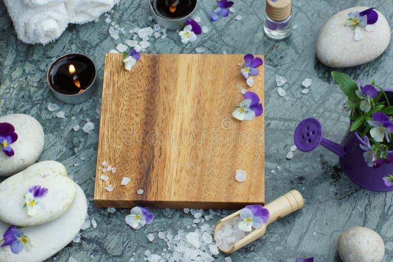 Ρυθμίστε για ιαματικές θεραπείες με λαμπερά κεριά και λευκές πετσέτες, επάνω όψη, αντιγραφή χώρου για το κείμενό σας σε ένα ξύλιν στοκ φωτογραφίες με δικαίωμα ελεύθερης χρήσης