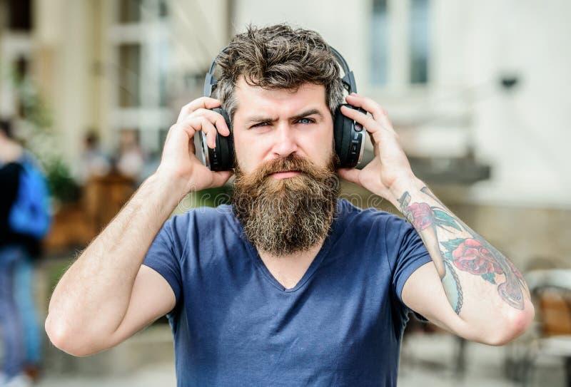 Ρυθμός για τον περίπατο Γενειοφόρος μουσική ακούσματος ακουστικών hipster ατόμων Το Hipster απολαμβάνει το άριστο υγιές τραγούδι  στοκ εικόνα με δικαίωμα ελεύθερης χρήσης
