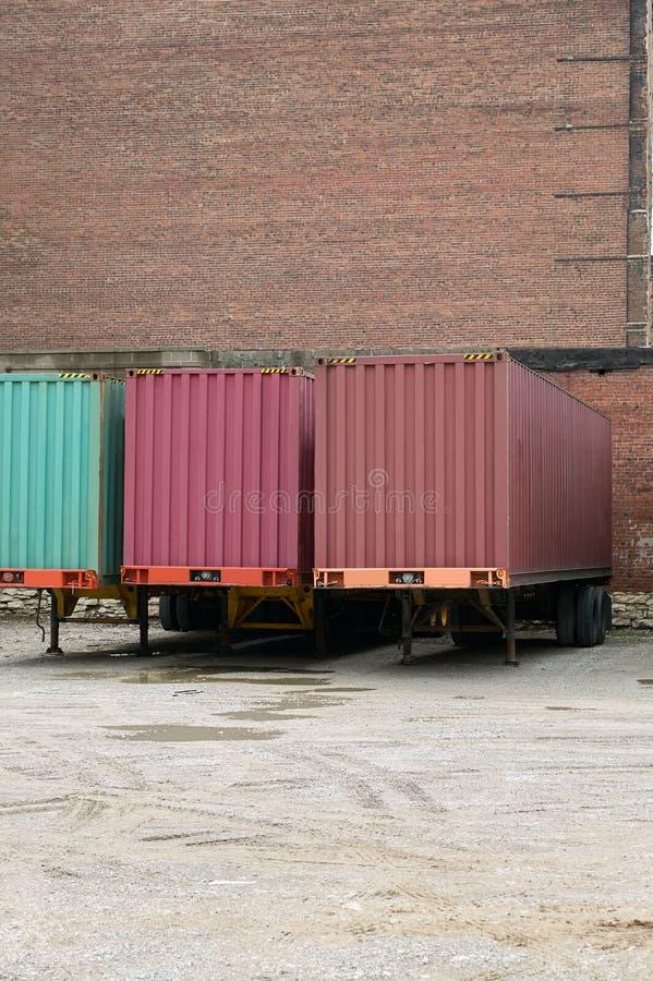 Ρυμουλκά μεταφορών φορτίου φορτηγών που σταθμεύουν στην αποθήκη στοκ εικόνες
