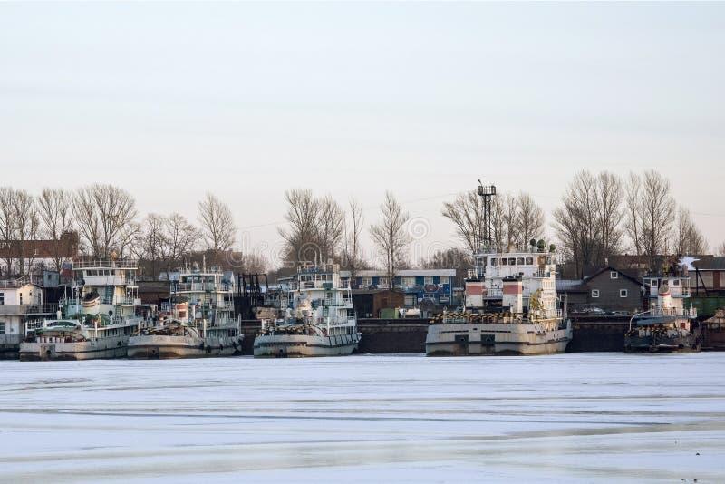 Ρυμουλκά ποταμών το χειμώνα στην αποβάθρα στοκ εικόνα με δικαίωμα ελεύθερης χρήσης