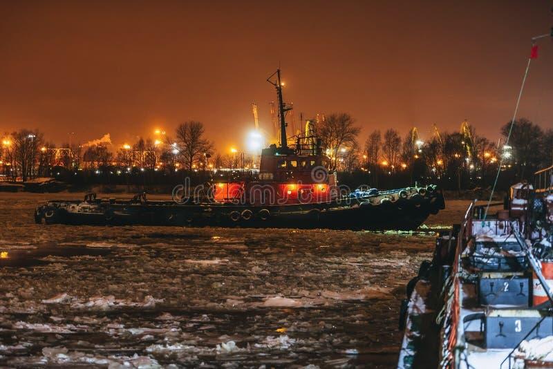 Ρυμουλκό τη νύχτα στο λιμένα στοκ φωτογραφία με δικαίωμα ελεύθερης χρήσης