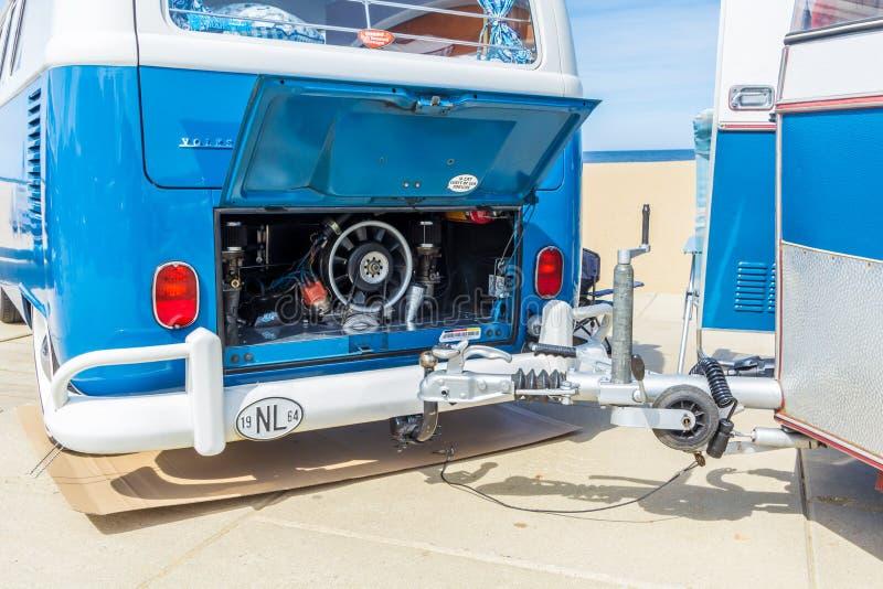 Ρυμουλκώντας τροχόσπιτο kombi της VW κλασικό στην παραλία στοκ εικόνα