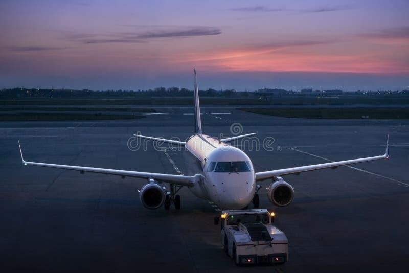 Ρυμούλκηση του αστικού αεροπλάνου της επιχειρησιακής αεροπορίας στα twilights στοκ εικόνα