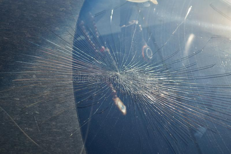 Ρωγμές από τον αντίκτυπο στον ανεμοφράκτη του αυτοκινήτου στοκ εικόνα
