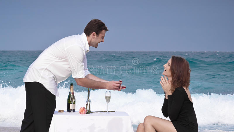 Ρωμανική δέσμευσης ζεύγους αγάπης σχέση εραστών παραλιών ωκεάνια στοκ εικόνες