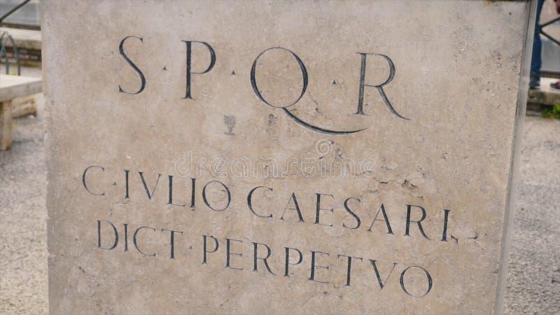 Ρωμαϊκά γράψιμο και bas-ανακουφίσεις της αυτοκρατορικής αρχαιολογίας Ιταλία εποχής απόθεμα Επιγραφή SPQR στον τοίχο στοκ εικόνες