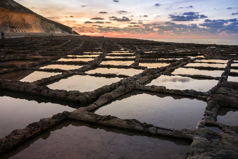 Ρωμαϊκές αλατισμένες λίμνες βράχου στη Μάλτα στοκ φωτογραφίες