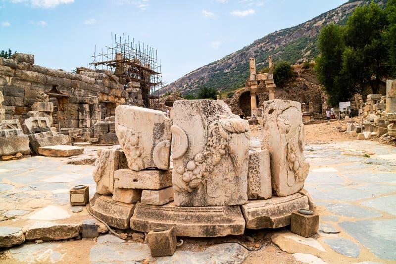 Ρωμαϊκός βωμός στην αρχαία πόλη Ephesus στην Τουρκία στοκ φωτογραφία με δικαίωμα ελεύθερης χρήσης
