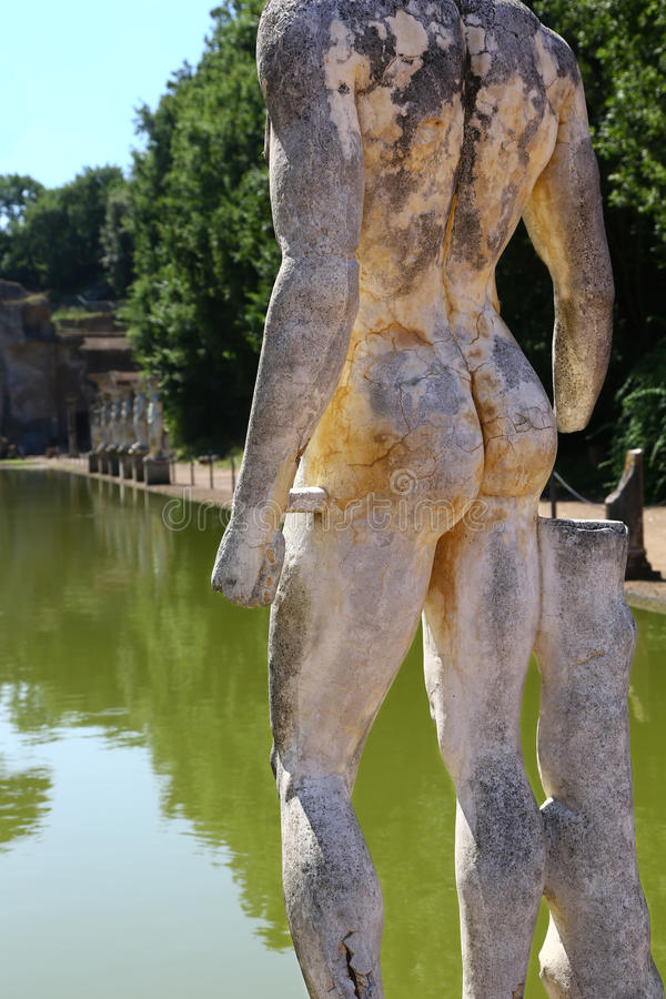 Ρωμαϊκό άγαλμα στη βίλα Adriana, Ιταλία στοκ εικόνες