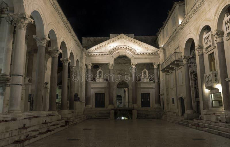 Ρωμαϊκό παλάτι αυτοκρατόρων ` s τή νύχτα στην ιστορική πόλη της διάσπασης, Κροατία στοκ εικόνες