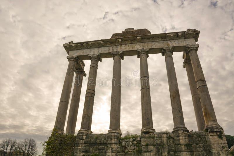 Ρωμαϊκό Φόρουμ Ο Ναός του Κρόνου καταστρέφεται στη Ρώμη, Ιταλία Ιταλικά αρχαία κτίρια και ορόσημα στοκ εικόνες