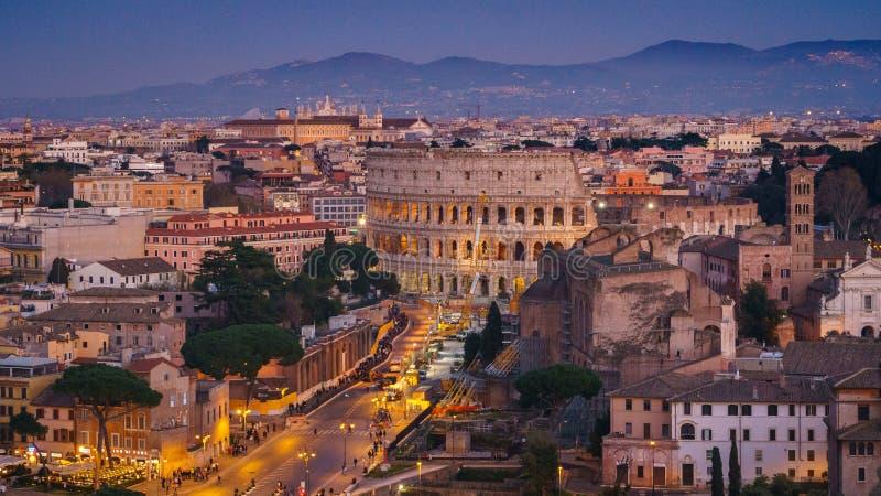 Ρωμαϊκό Colosseum τη νύχτα άνωθεν στοκ εικόνες