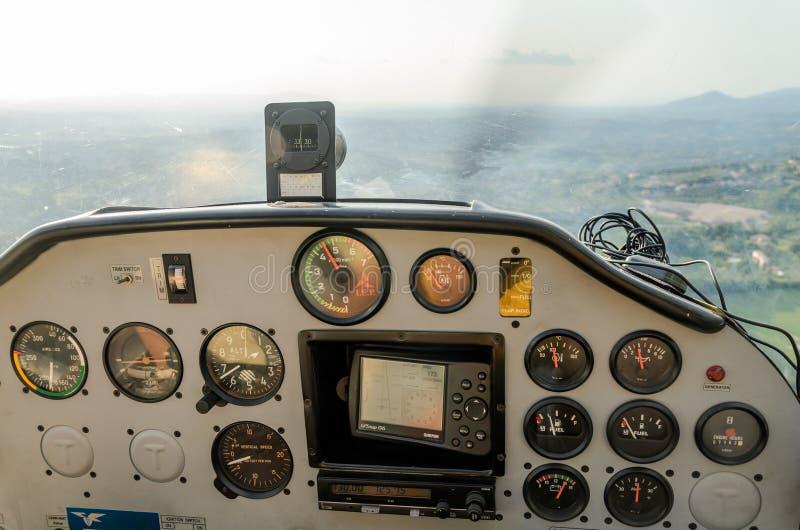 ΡΩΜΗ, ΙΤΑΛΙΑ - ΤΟΝ ΑΎΓΟΥΣΤΟ ΤΟΥ 2018: Ελαφριά ηχώ Tecnam p92-s αεροσκαφών ταμπλό στοκ φωτογραφία με δικαίωμα ελεύθερης χρήσης