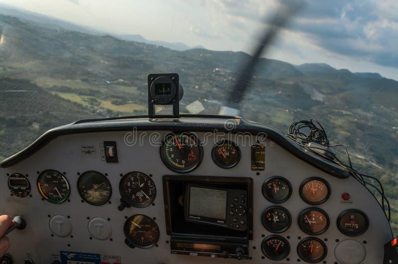 ΡΩΜΗ, ΙΤΑΛΙΑ - ΤΟΝ ΑΎΓΟΥΣΤΟ ΤΟΥ 2018: Ελαφριά ηχώ Tecnam p92-s αεροσκαφών ταμπλό στοκ εικόνες