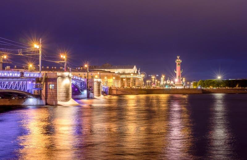 Ρωσία, Άγιος-Πετρούπολη, στις 2 Ιουνίου 2019: Γέφυρα παλατιών, παλαιό χρηματιστήριο Αγίου Πετρούπολη και ραμφικές στήλες στοκ εικόνες