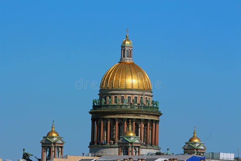 Ρωσία, Αγία Πετρούπολη, άποψη του θόλου του καθεδρικού ναού του ST Isaac στοκ φωτογραφίες