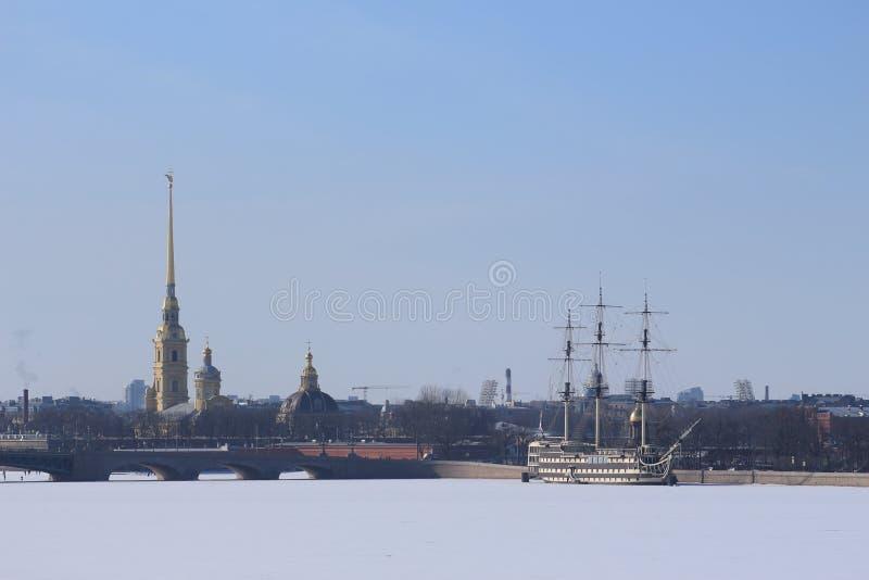 Ρωσία, Αγία Πετρούπολη, sailboat στον παγωμένο ποταμό στοκ εικόνες με δικαίωμα ελεύθερης χρήσης
