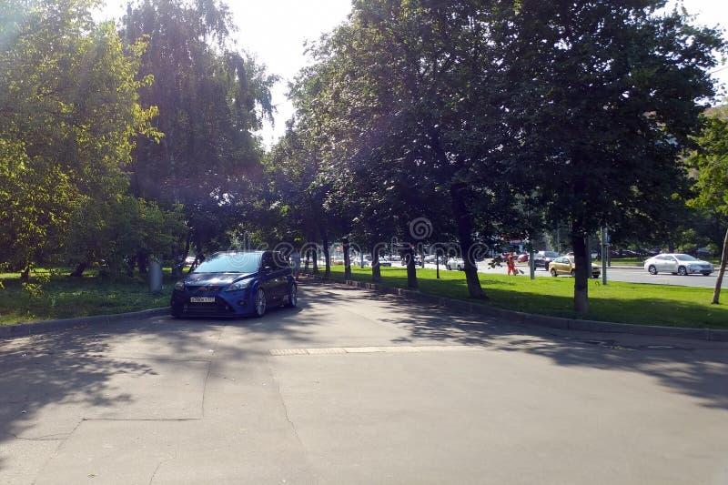 Ρωσία, Μόσχα - 4 Μαΐου 2019: Μπλε καυτό hatchback Ford Focus RS που σταθμεύουν στο πεζοδρόμιο Παραβιάζει τους κανόνες χώρων στάθμ στοκ εικόνες