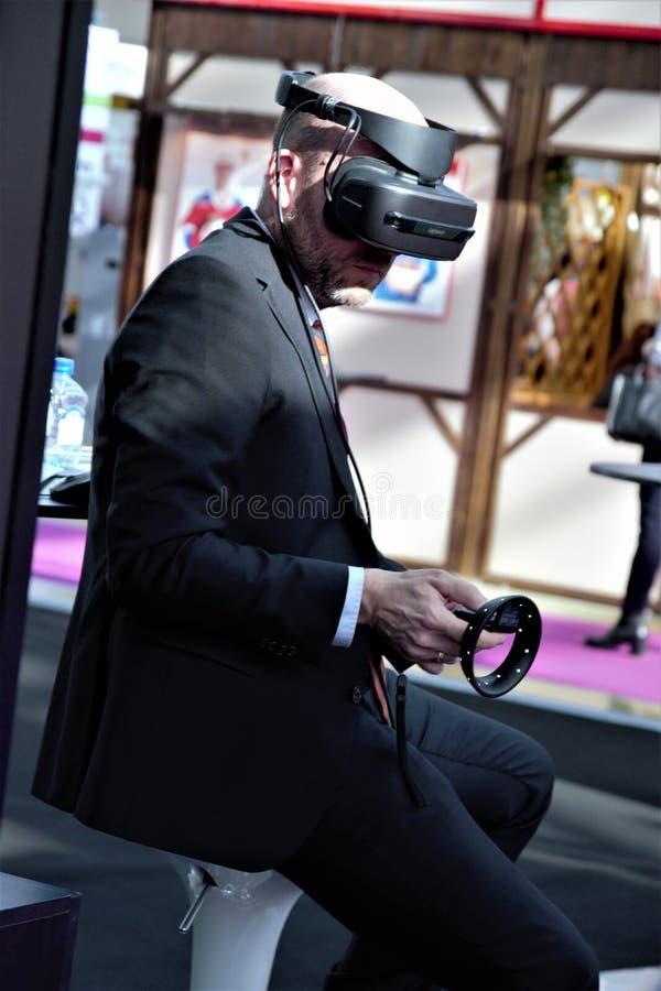 03 14 2009 Ρωσία, Μόσχα Σύγχρονο αρτοποιείο Μόσχα, Expocentre έκθεσης άτομο σε μια επιχειρησιακή VR κάσκα στοκ φωτογραφία με δικαίωμα ελεύθερης χρήσης