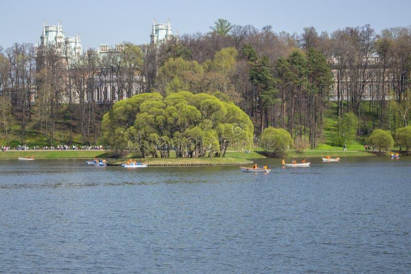 01-05-2018, Ρωσία, Μόσχα, φέουδο πάρκων Tsaritsyno, διακοπές Μαΐου, παραδοσιακή αναψυχή στο πάρκο, πεντάλι καταμαράν στη λίμνη στοκ εικόνα με δικαίωμα ελεύθερης χρήσης
