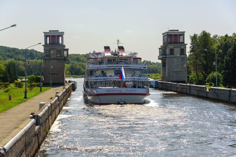 Ρωσία, περιοχή της Μόσχας, Αύγουστος 2108 Επιβατηγό κρουαζιερόπλοιο για τον ποταμό Gateway στο κανάλι της Μόσχας Υδρολογικές εγκα στοκ εικόνες με δικαίωμα ελεύθερης χρήσης