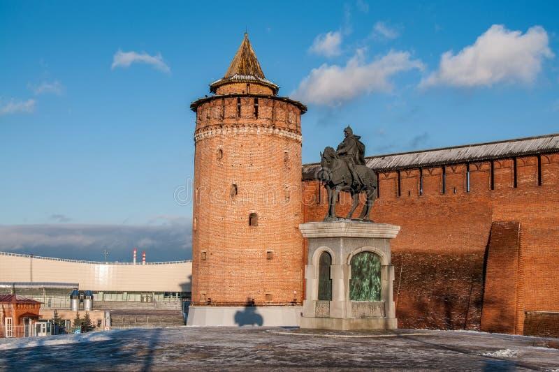 Ρωσία, περιοχή της Μόσχας, Kolomna, πύργος Marinkin και άγαλμα Dmitry Donskoy κοντά στους τοίχους του Kolomna Κρεμλίνο στοκ φωτογραφία με δικαίωμα ελεύθερης χρήσης