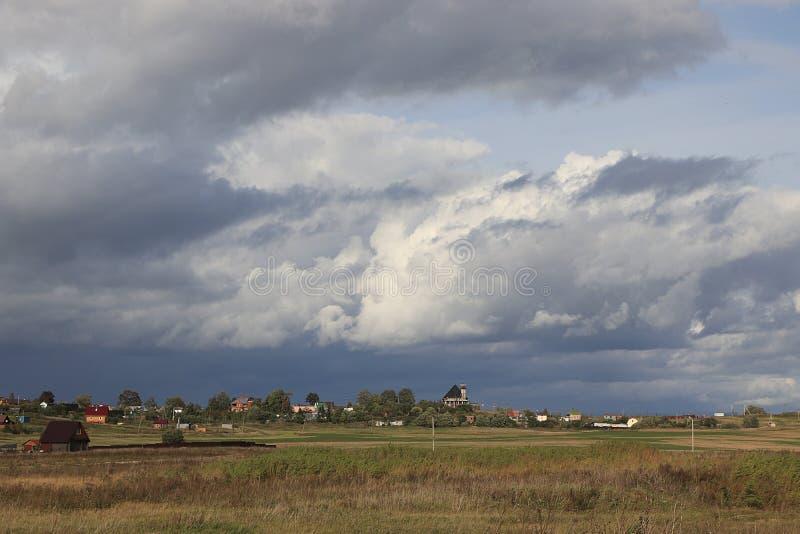 Ρωσία, περιοχή του Λένινγκραντ, στις 14 Σεπτεμβρίου 2018, ρωσικό χωριό Ρωσικό χωριό το καλοκαίρι, θυμωνιές χόρτου με το σανό και  στοκ φωτογραφίες με δικαίωμα ελεύθερης χρήσης