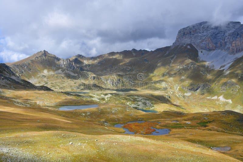 Ρωσία, Arkhyz Λίμνες Atsgarskiye, Zagedanskoye Pyatiozerye στον ηλιόλουστο καιρό στοκ εικόνα με δικαίωμα ελεύθερης χρήσης