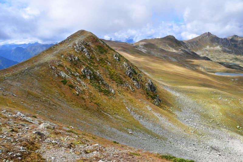 Ρωσία, Arkhyz Τα βουνά που χωρίζουν τις κοιλάδες των ποταμών Atsgara και Zagedanka στοκ φωτογραφίες με δικαίωμα ελεύθερης χρήσης