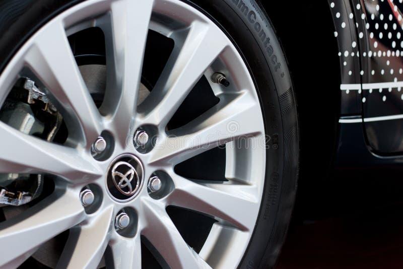 Ρωσία, Izhevsk - 21 Απριλίου 2018: Αίθουσα εκθέσεως Toyota Δίσκος ροδών της νέας Toyota Camry στοκ φωτογραφίες με δικαίωμα ελεύθερης χρήσης