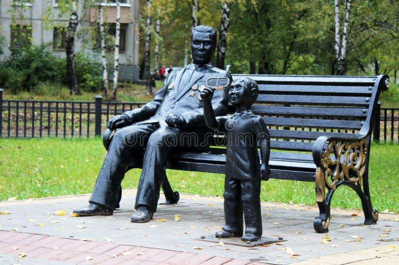 Ρωσία, Izhevsk, την 1η Οκτωβρίου 2017 Ένα μνημείο στο άτομο και το αγόρι στοκ φωτογραφίες με δικαίωμα ελεύθερης χρήσης