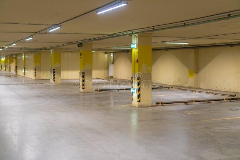Ρωσία, Kazan - 10 Μαΐου 2019 Φωτεινός υπόγειος χώρος στάθμευσης χωρίς αυτοκίνητα στοκ εικόνες